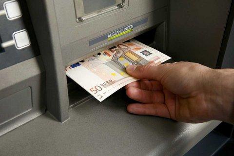 Capital controls: Ανάληψη 1.800 ευρώ μία φορά το μήνα