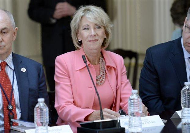 Υπ. Παιδείας ΗΠΑ: Τα σχολεία έχουν την «επιλογή» οι δάσκαλοί τους να οπλοφορούν